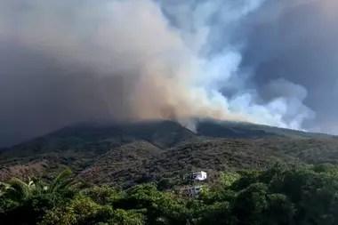 Las laderas comenzaron a incendiarse por la erupción del volcán, que provocó la muerte de un turista