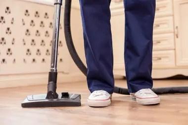 No hay excepción para cumplir con el aislamiento en los casos en que el trabajo doméstico esté comprendido en las categorías 1 (supervisores de las tareas en el hogar); 2 (personal para tareas específicas, como cocineros y jardineros); 3 (caseros), y 5 (tareas generales)