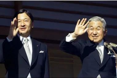 El emperador japonés Akihito y el príncipe heredero Naruhito, en el Palacio Imperial de Tokio, en 2010