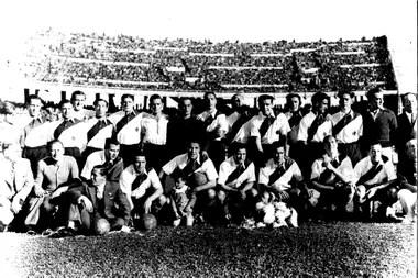 Hirschl en la inauguración del Estadio Monumental en un partido que River jugó ante Peñarol.
