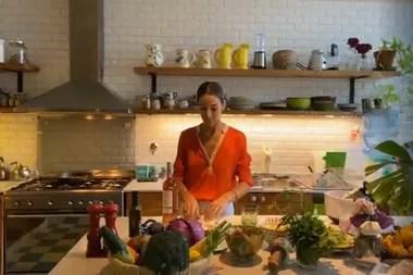 La cocina de Juana Viale: todo lo necesario y más; isla central, doble horno, seis hornallas y campana de acero inoxidable
