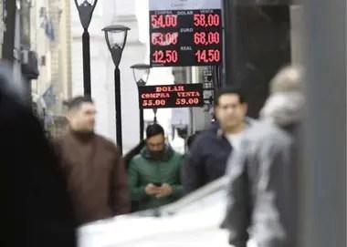 En el caso de que Macri acorte de la distancia y quede en una posición competitiva, Falcone estima que el dólar oficial tendería a mantenerse en los niveles actuales