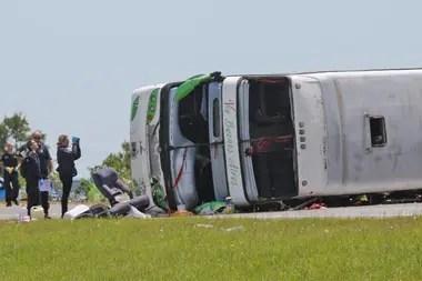 González Wang dijo que no se pudo comunicar todavía con los choferes de la unidad que volcó en la Ruta 2