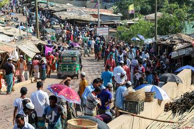Los refugiados rohingya se reúnen en un mercado cuando los primeros casos de coronavirus han surgido en la zona, en el campo de refugiados de Kutupalong en Ukhia el 15 de mayo de 2020
