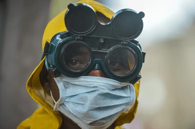 Personal de limpieza presenta equipo de protección para desinfectar un vagón de metro como medida preventiva contra la propagación del coronavirus en Addis Abeba, Etiopía, el 20 de marzo de 2020