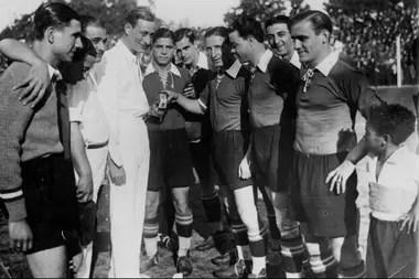 Hirschl, en Gimnasia. Fue el primer DT extranjero con un contrato en el fútbol argentino.