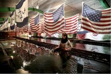 Iraníes queman banderas estadounidense durante una manifestación contra los