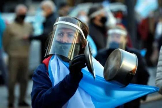 Cacerolas, barbijos y máscaras, símbolos de una protesta fuerte contra el Gobierno
