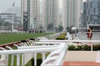 En medio de los edificios y el smog, las carreras se corren casi sin público en las tribunas en Sha Tin