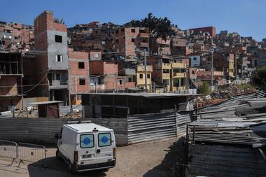 Se ve una ambulancia en la favela de Paraisópolis en Sao Paulo, Brasil, durante la pandemia de coronavirus el 23 de abril de 2020