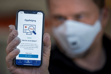 En esta foto de archivo tomada el 17 de abril, un hombre sostiene un teléfono inteligente que muestra una aplicación de rastreo lanzada por el Instituto Nacional de Salud Pública de Noruega para tratar de detener la propagación del nuevo coronavirus