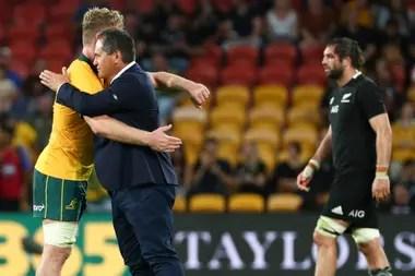El entrenador de los Wallabies, el neocelandés Dave Rennie, se abraza con el segunda línea Matt Philip tras la victoria ante All Blacks, su primera al frente del seleccionado australiano. Lo sufre Sam Whitelock.