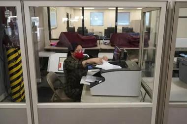 Un trabajador electoral del condado escanea las boletas en el Departamento de Elecciones del condado de Clark, ayer en Las Vegas, Nevada