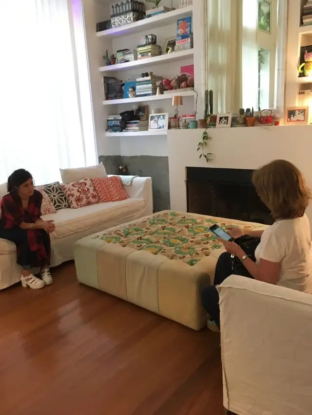 """El living de la casa donde se montó la experiencia; a la izquierda, """"Eugenia"""", a la derecha, una participante"""
