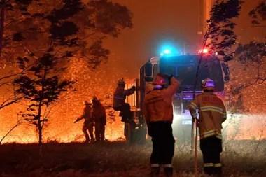 Los bomberos afrontaron grandes dificultades para socorrer a las personas con quemaduras en áreas aisladas