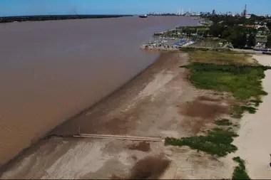 La actual bajante del río Paraná, que se encuentra a 1,05 metros a la altura de Rosario, sería la más importante de los últimos 50 años
