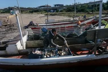 Rodrigo Ruiz tiene 23 años, a los 11 comenzó a aprender el oficio de su padre y a los 18 salió, por primera vez, a pescar. Ahora lo hace cada verano y también en invierno