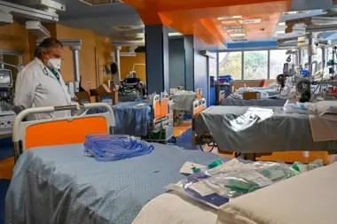 El hospital Casal Palocco, cercano a Roma, se prepara para recibir más infectados por el coronavirus. Italia registró un récord de 475 muertos en un día
