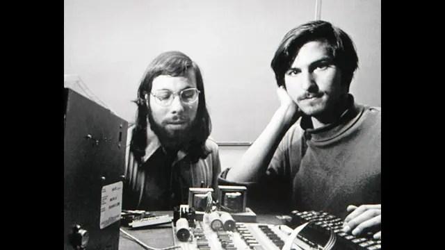Wozniak y Jobs en 1976; sobre la mesa se ve la Apple I, básicamente una plaqueta electrónica a la que había que conectarle un teclado y un televisor