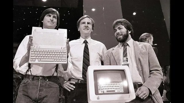 Jobs, Sculley y Wozniak el 24 de abril de 1984, cuando lanzan la Apple IIc en San Francisco, Estados Unidos