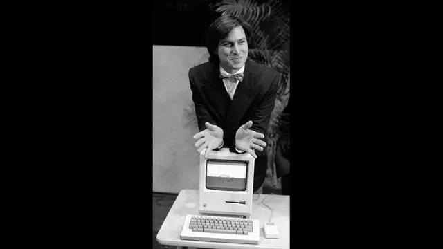 Steve Jobs con una Macintosh, que salió a la venta el 24 de enero de 1984