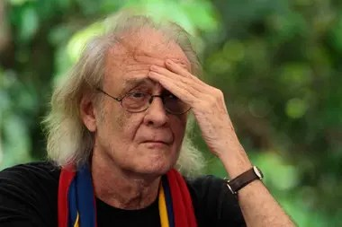 En esta imagen de archivo tomada el 19 de noviembre de 2013, el cantautor español Luis Eduardo Aute gesticula durante una conferencia de prensa en el pozo petrolero Aguarico 4 en Aguarico, Ecuador- - Aute murió el 4 de abril de 2020 en España a los 76 años. El artista había estado luchando contra la