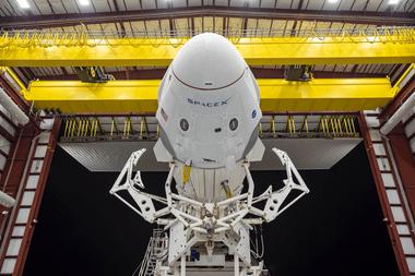 En esta imagen difundida por Space X, la nave espacial Crew Dragon y el cohete SpaceX Falcon 9 se muestran en el Launch Complex 39A el 21 de mayo de 2020
