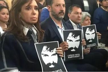 El kirchnerismo acusó al gobierno de Mauricio Macri de la desaparición de Maldonado. Después, el juez federal de Rawson declaró que había muerto ahogado y cerró la causa, pero el año pasado la investigación penal fue reabierta