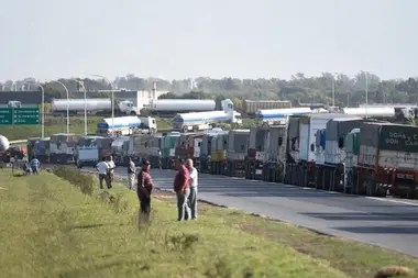 Imagen. Largas filas para descargar granos en las terminales portuarias por la mayor cosecha