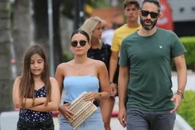 Pollo Álvarez y su esposa, Tefi Russo, encaran el mal tiempo con un paseo de compras por la calle Gorlero, en la Punta