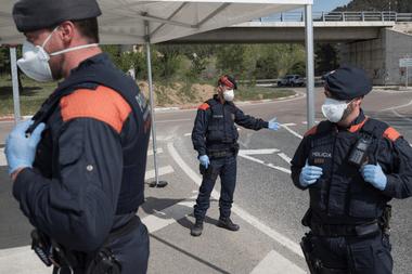 Un puesto de control policial en una entrada a Igualada, España