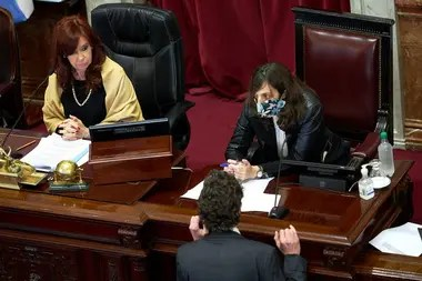 Cristina Kirchner mirá a Martín Lousteau que se acerca al estrado de la presidencia del Senado