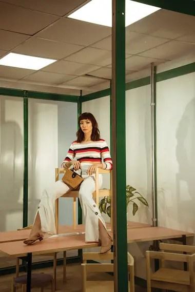 Suéter rayado (Paula Cahen dAnvers), pantalón oxford de lino con botones en el ruedo (Jazmín Chebar), zapatos (Mishka), cartera de mimbre (Vitamina)