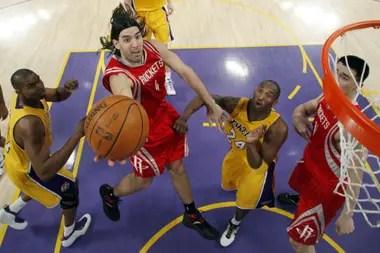 Houston Rockets frente a Los Angeles Lakers, en mayo de 2009: Scola anota ante la marca de Kobe Bryant