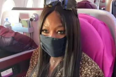 Sobre el final del vuelo, la topo model se pone un barbijo porque dice que es un momento en que los pasajeros tosen y estornudan