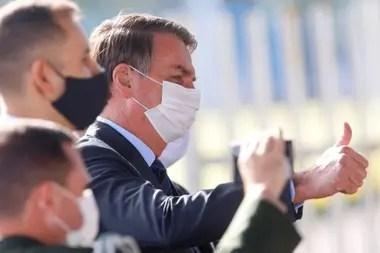 El presidente vive una crisis política por su gestión del brote de coronavirus, que causó más de 13.000 muertes