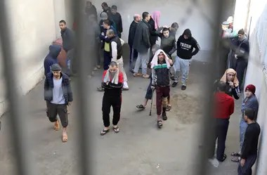Prisioneros de Irak y Siria pasan tiempo en el exterior de una prisión en Hasaka