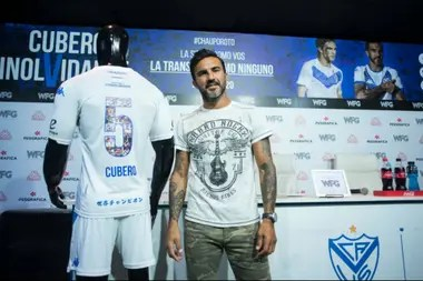 Fabián Cubero junto a la edición especial de la camiseta para el partido