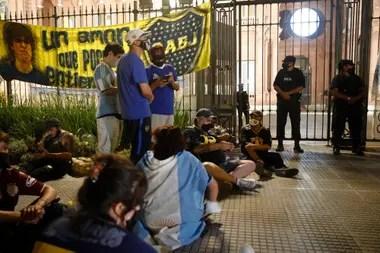 Varios hinchas y seguidores se congregaron desde temprano en la puerta de la Casa de Gobierno para el tributo a Maradona