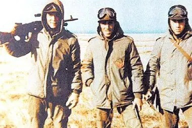 De Felippe (a la izquierda), junto a dos compañeros, en Malvinas