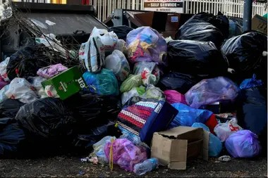 La basura inunda las calles de Roma