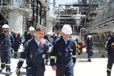 El gobernador visitó también la refinería de Axion, junto con Marcos Bulgheroni, CEO de Pan American Energy (PAE)