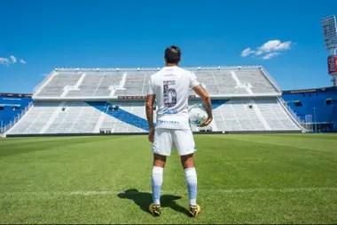 Fabián Cubero muestra el dorsal de la camiseta en el José Amalfitani.