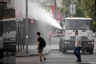 Un camión de la municipalidad fumiga los alrededores de la estación de Morón