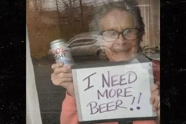 La imagen de la anciana pidiendo más cerveza se viralizó de inmediato
