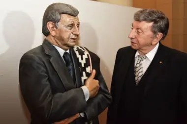 Luis Landriscina junto a una estatua en su homenaje