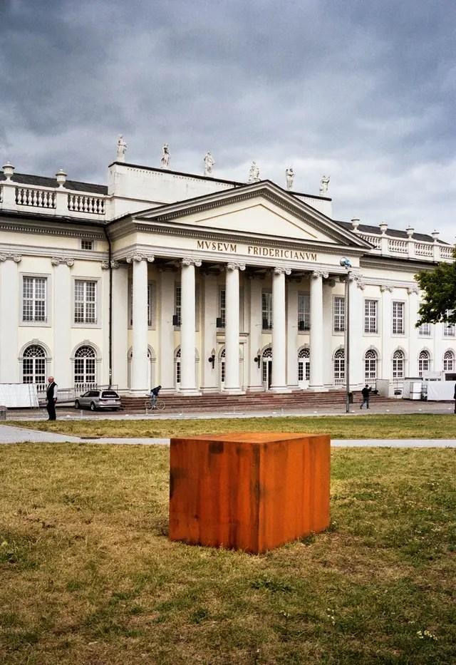 Un cubo diseñado por Faivovich y Goldberg reemplazó el meteorito que los artistas no pudieron sacar del país en 2012