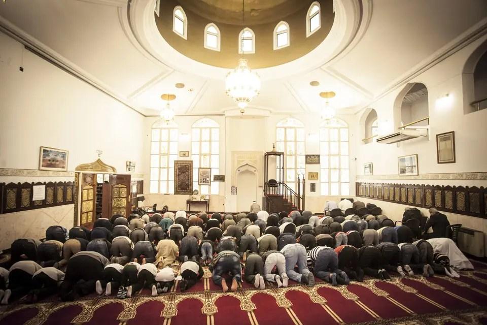 """En medio de las atrocidades del grupo extremista y la crisis de los refugiados, se renuevan los prejuicios y mitos sobre la violencia y la fe musulmana. Pero ¿cuál es la relación entre el autodenominado Estado Islámico y esa religión? ¿Qué piensa la dirigencia local? Claves para entender la Jihad y la mal llamada """"Guerra Santa"""" en las voces de especialistas y referentes islámicos argentinos."""