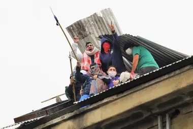 Los presos de Devoto rompieron el techo de la cárcel y, desde arriba, tiraban piedras durante el motín