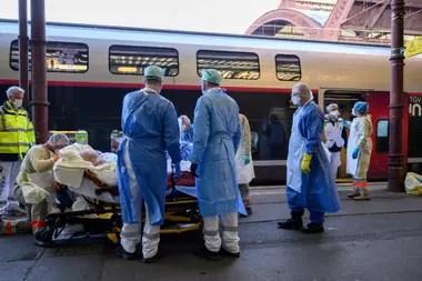 Más pasajeros con coronavirus son trasladados de manera urgente en un tren acondicionado para convertirse en un hospital